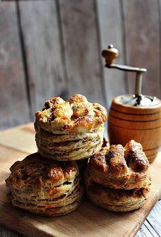Most csak egyetlen fotót tudok feltenni a bejegyzéshez, bár tőlem ez nem megszokott... Imádok fotózni, de ezt a képet csak azért lőttem, mert nagyon tetszett a végeredmény. Közben azzal szembesültem, Hungary Food, Scones, Bread Recipes, Oreo, Biscuits, Food Porn, Muffin, Food And Drink, Yummy Food