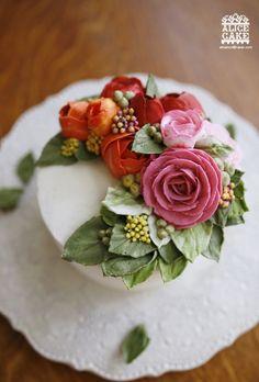 앨리스의 빈티지 써머 플라워 케이크한 여름 태양같이 강렬하게도 타오르는 붉은 하노이 러넌 큘러스와한 눈에도 탐스러운 핑크빛 로즈,바랜 듯한 초록 잎이 풍성하게 어우러진케이크를 만들...