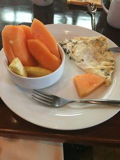 Claras con champiñones. Una taza de melón con piña. Café y té verde