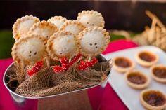 Na verdade, estes palitinhos são Pie Pops, umas Tortas no Palito com recheio doce, mas o processo  também pode ser feito com Massa de Pastel.
