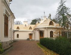Palais Alexandre (dit aussi Palais Agricole) dans le Parc Alexandria - Peterhof - Construit à l'emplacement d'une ancienne ferme par ordre de Nicolas Ier pour son fils Alexandre Nikolaïevitch (futur Alexandre II)  en 1859 par Andreï Stackenschneider.