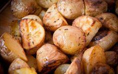 Patate e cipolle - Una teglia di patate, stavolta insaporita dalla presenza delle cipolle, compagne ideali di questo ortaggio tra gli ingredienti più versatili (e amati in cucina) da servire come contorno. E' un piatto molto economico, ma non per questo vi risparmierà dall'approvazione di tutti i commensali. Ogni porzione ha un apporto calorico di circa 330 calorie.