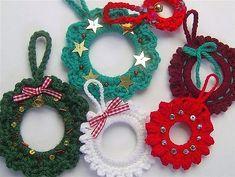 Voilà une bonne idée pour recycler vos anneaux de rideaux qui ne vous servent plus, en décorations de Noël. Rien de plus facile, il suffit d'habiller vos anneaux avec de la laine, du tissu, du tulle ou de la ficelle, agrémentés de quelques accessoires, vous obtiendrez de belles suspensions d...