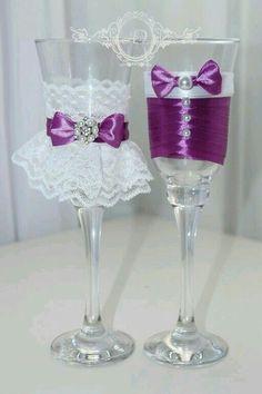 Wedding Wine Glasses, Diy Wine Glasses, Decorated Wine Glasses, Wedding Champagne Flutes, Painted Wine Glasses, Wine Glass Crafts, Wine Bottle Crafts, Diy Bottle, Bottle Art