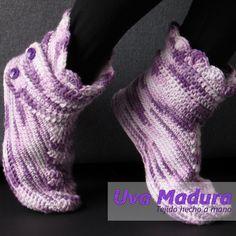 El PASO a PASO de estas lindas pantuflas en bota lo encontrarás en nuestro canal de youtube   #Pantuflas #Slippers #CrochetPantuflas #CrochetSlippers #PantuflasCrochet #PantuflasGanchillo #PantuflasTejidas #Crochet #Ganchillo #Hakeniship #Weaver #Tejidoamano #Crochetdesign #Hekle #Crochets #Crochetlovers #Artesano #Ourmakerlife #Artesanía #Crochetlife #Tejidos #Crochetgirlgang #Lovecrochet #Elisi #Haken #Madetocreate #Wemakecollective #Tigisi #Knitlife #Virkkaus #Colourfullife #Cottonyarn… Fingerless Gloves, Arm Warmers, Hand Knitting, Handmade, Fashion, Slipper, Socks, Chrochet, Tejidos