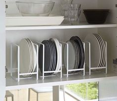 Vertically stacking and storing kitchen crockery