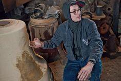 Konrad Smoleński urodził się w 1977 roku w Kaliszu. Artysta sztuk wizualnych, fotograf, muzyk. Jest absolwentem Akademii Sztuk Pięknych w Poznaniu, którą ukończył w 2002 roku. W swej twórczości wykorzystuje różnorodne media, m.in. wideo, instalację, performens, muzykę. Był tegorocznym reprezentantem Polski na 55. Biennale w Wenecji.