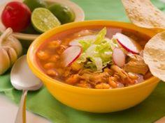 Receta de Pozole Mexicano   Todo un plato fuerte en solo una sopa. Este pozole lleva granos de elote, carne de cerdo y un caldo delicioso. Se sirve con lechuga, rábanos, limones, y tostadas Milpa Real
