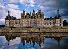 DÍA 6. BURDEOS – VALLE DEL LOIRA – ORLEÁNS. Pensión completa. Salida hacia el Valle de Loira haciendo un recorrido por la campiña francesa. Conoceremos los castillos de Amboise y Chambord donde habitó Leonardo Da Vinci, rodeado de magníficos jardines.