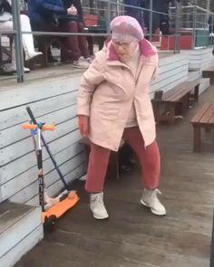 Check those granny dance moves, she Video Humour, Funny Video Memes, Funny Short Videos, Funny Dance Videos, Funny Quotes, Funny Dance Moves, Cool Dance Moves, Happy Dance Meme, Funny Kids
