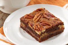 Des brownies au chocolat noir recouverts de caramel mou et de pacanes croquantes - qui aurait cru qu'il était possible d'améliorer le goût de brownies?