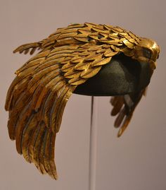 This vulture crown designed by Renié and worn by Elizabeth Taylor in Joseph L. Mankiewicz's Hollywood epic Cleopatra It's made from gilded leather – isn't it incredible. Cleopatra Costume, Egyptian Costume, Cleopatra Headdress, Egyptian Queen, Egyptian Art, Egyptian Jewelry, Ancient Jewelry, Afrique Art, Theatre Costumes