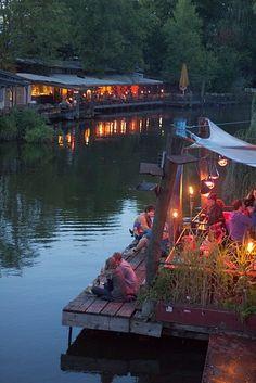 Berlin - Friedvoller Abend im Fluss-Cafe Club der Visionäre an der Spree ..... Peaceful evening in a River Cafe