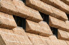 Edifício com fachada de palha, por Kengo Kuma | arktalk