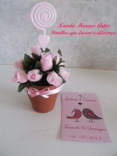 Lembrancinha para casamento Vasinho de barro com flor de cetim e aspiral