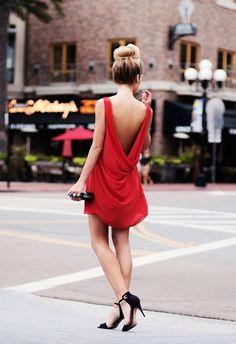 Tenue: Robe droite en chiffon rouge, Sandales à talons en daim , Pochette en cuir