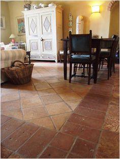 interni.12 Per il pavimento del soggiorno sono stati impiegati vari tipi di cotto antico: venato e tavelle in cotto rosso per la cornice, giallo per il tappeto centrale.