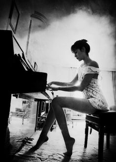 Black and White Photography of Women: How Take Beautiful Pictures – Black and White Photography Black N White, Black White Photos, Black And White Photography, White Art, People Photography, Portrait Photography, Piano Photography, Photography Ideas, Conceptual Photography