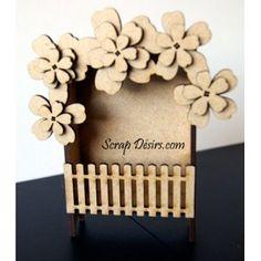 en bois medium 3mm mini boite sur piedformat ATC pouvant reçevoir un mini albumDimension de la boite 100 mm x 75mm x 30mm
