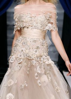 Take a look to Zuhair Murad Haute Couture Fall Winter the fashion accessories and outfits seen on Parigi runaways. Couture Details, Fashion Details, Fashion Design, Zuhair Murad, Couture Mode, Couture Fashion, Beautiful Gowns, Beautiful Outfits, Bridal Gowns