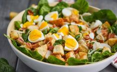 White bowl filled with spinach salad with bacon hard boiled eggs and crouto Pesto Pasta, Crab Pasta Salad, Chicken Salad, Simple Spinach Salad, Bacon Spinach Salad, Easy Weeknight Meals, Easy Meals, Easy Delicious Recipes, Healthy Recipes