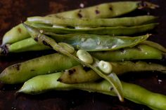 Grilled Fava Beans Gotta find a way to cook up the fresh Fava Beans that just came from our school garden. Quick Lunch Recipes, Bean Recipes, Veggie Recipes, Healthy Recipes, Healthy Meals, Vegetarian Recipes, Veggie Side Dishes, Vegetable Dishes, Barbecue Recipes