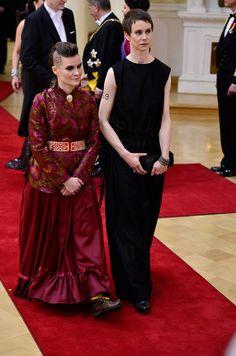 Pauliina Feodoroff ja Milja Sarkola ottivat ihoonsa kirjoitetulla numerolla