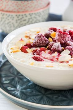 Recipe for custard porridge with raspberries: creamy pudding oats with protein powder and warm berries, easy and quick Recipe for custard porridge with raspberries: creamy pudding oats with protein powder and warm berries, easy and quick Smoothie Bowl, Smoothie Recipes, Protein Smoothies, Drink Recipes, Dessert Recipes, Pudding Oats, Crumb Recipe, Custard Recipes, Crunches