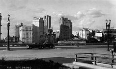 Viaduto Jacareí em 1953.  Ainda não existia o prédio atual da Câmara dos Vereadores de São Paulo e o trânsito era em mão dupla.  Ao fundo, ainda era possível observar com clareza edifícios como o Matarazzo, Saldanha Marinho, Hotel São Paulo, Martinelli e os Palacetes Prates, entre outros