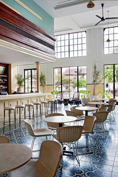 2. American Trade (Panamá)  - AD España, © Belén Imaz En el bar del American Trade Hotel, entorno tropical, estilo colonial y las Bertoia Side Chair de Bertoia para Knoll. Foto Belén Imaz