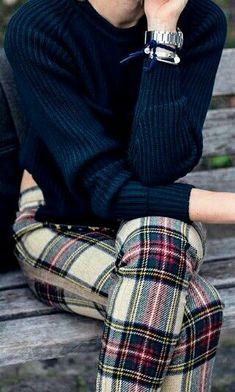 Autumn outfit idea: pair a ribbed indigo sweater with tartan pants for an edgy preppy look! Adrette Outfits, Preppy Outfits, Winter Outfits, Fashion Outfits, Preppy Mode, Preppy Style, Style Me, Mode Tartan, Tartan Plaid