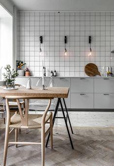 Modern Kitchen Decor : Minimal kitchen with an industrial touch Industrial Kitchen Design, Boho Kitchen, Kitchen Tiles, Kitchen Flooring, Kitchen Interior, Kitchen Decor, Kitchen Cabinets, Kitchen Lamps, Industrial Loft