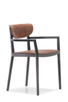Chaise TIVOLI 2806 - cuir vieilli PCO cognac | Le fauteuil Tivoli retrace le thème des chaises en bois traditionnelles en gardant l'idée de confort et de convivialité comme mesure du goût. Le profil essentiel cache les éléments structuraux, la courbe tridimensionnelle du dossier inspire accueil. La structure est en frêne, l'assise et le dossier sont rembourrés et peuvent être garnis en tissu ou en simili cuir.