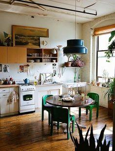 Kücheneinrichtung mit grünen Stühlen >> 30 Bohemian Chic Homes to Inspire Your Inner Boho Babe via Brit + Co.