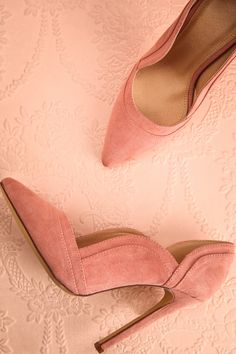 Dans la garde-robe de Carrie Bradshaw, les chaussures occupent une place plus qu'importante.  In Carrie Bradshaw's closet, shoes get the most important placement and special treatment.  Light pink velvet heels https://1861.ca/collections/products/alofi-rose