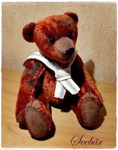 """""""Seebär"""" wurde aus einer sehr alten Klavierdecke liebevoll und aufwendig von Hand genäht. Schmücken tut er sich mit einem maritimen Kragen aus Leinen"""