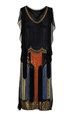 Art Deco-style, dress with chiffon, tulle, glass beads & sequins. The discovery of the treasures of the tomb of Egyptian King Tutankhamun in November 1922 triggered a wave of Egyptomania in popular culture. 1920 Style, Style Année 20, Flapper Style, Flapper Era, Vintage Outfits, 1920s Outfits, Vintage Gowns, Vintage Mode, 20s Fashion
