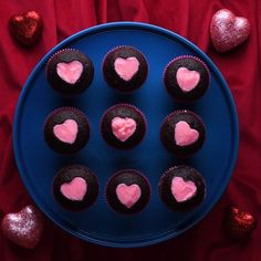 your heart and your mouth with these delicious heart filled cupcakes!Fill your heart and your mouth with these delicious heart filled cupcakes! Quick Dessert Recipes, Easy Cake Recipes, Cupcake Recipes, Cupcake Videos, Picnic Recipes, Easter Cupcakes, Fun Cupcakes, Heart Cupcakes, Valentine Cupcakes