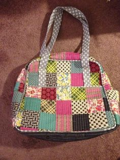 Weekender Bag @ Michy Quilts. Made using Amy Butler's bag pattern and Eliabeth Hartman's quilt as you go bag technique.