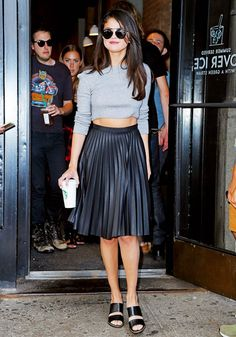 Pleated midi skirt, leather look Selena Gomez in a gray knit Topshop crop top with a black leather pleated skirt and black Kurt Geiger mules. Selena Gomez Outfits, Mode Selena Gomez, Style Selena Gomez, Selena Gomez Fashion, Selena Gomez Haircut, Street Style Outfits, Inspiration Mode, Fashion Mode, Fashion Tips