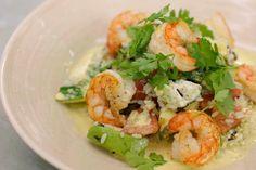 Scampi, rijst en currypoeder gaan zeer goed samen. Jeroen maakt er een zomerse salade mee, ideaal om er nu meteen of tijdens de komende vakantie van te genieten. De geitenkaas is misschien de vreemde eend in de bijt maar zo