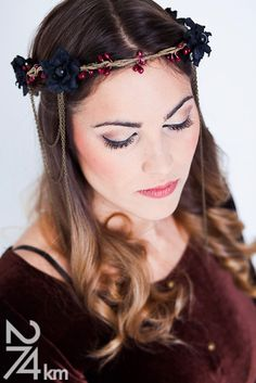 corona de flores negras y cadenas gotica cuento de hadas. €27,50, via Etsy. - El costurero real <3