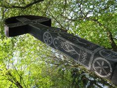 Znak stromu sveta. Kríže sú často viac-ramenné a doprevádzané rastlinnými črtami (koreňmi a listami, vinnou révou). Možno je viacramenný kríž jedným z pozostatkov už zaniknutého čarovného a vešteckého znakového písma našich predkov, v ktorom predstavoval znak stromu. Určite to nie je šibenica, kde bol umučený Ježiš Kristus, Rimania totiž používali šibenice v tvare T a raní Kresťania sa poznali podľa znaku ryby a nie kríža. Outdoor Furniture, Outdoor Decor, Home Decor, Homemade Home Decor, Interior Design, Home Interiors, Decoration Home, Lawn Furniture, Home Decoration