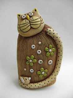 Kočička kytička s ptáčkem Ze šamotové hlíny, vhodné k venkovní dekoraci. Výška cca 22,5 cm.