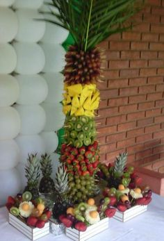 Coqueiros de Frutas Hawaiian Luau Party, Hawaiian Birthday, Hawaiian Theme, Tropical Party, Moana Birthday Party, Moana Party, Edible Arrangements, Flower Arrangements, Vegetable Decoration