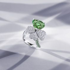 The coloured gemstones in our limited-edition collection are set in platinum or white gold, accompanied by precious tsavorites on the band. The 18 pieces in the collection are available exclusively from the Bucherer Store in Zurich.