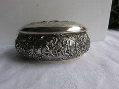 Online veilinghuis Catawiki: Ovale zilveren koektrommel met gedreven oud-Hollands decor, Herman Hooykaas, Schoonhoven, 1920