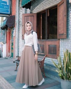 New fashion hijab outfits casual muslim. hijab New fashion hijab outfits casual muslim Hijab Style Dress, Modest Fashion Hijab, Modern Hijab Fashion, Muslim Women Fashion, Street Hijab Fashion, Look Fashion, Skirt Fashion, Fashion Outfits, Islamic Fashion