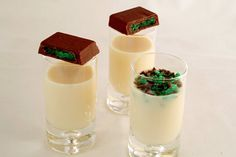 Recipe for Peppermint crisp shooters (peppermint crispies for short) - the liquor equivalent of the incredibly popular peppermint crisp tart. Peppermint Crisp Tart, Peppermint Vodka, Yummy Treats, Delicious Desserts, Sweet Treats, Yummy Food, Fun Drinks, Yummy Drinks, Liquor Drinks