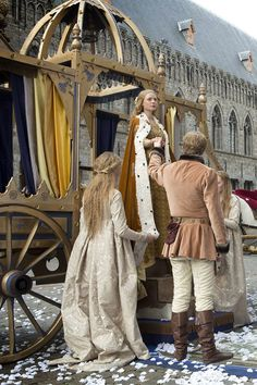 The White Queen, I love love love the dress her sister is wearing in this pic.